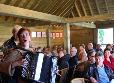 Benedikte met accordeon